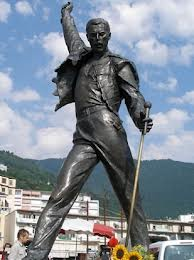 24-11 Freddie Mercury estatua
